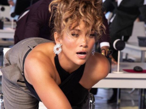 """Дженніфер Лопес накрутила нахабними позами в плащі на голе тіло: """"Витончено старіє"""""""
