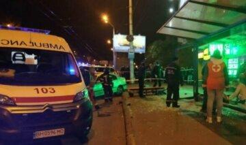 В Харькове авто влетело в остановку: есть информация о пострадавших, фото
