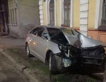 В Харькове автомобиль на полном ходу вылетел на тротуар, кадры ДТП: есть пострадавшие