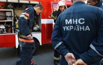 Автомобиль ушел под землю в Одессе: кадры ЧП попали в сеть