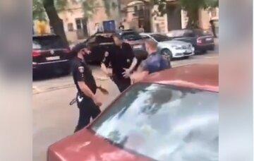 «Я сейчас тебе врежу»: драка между полицейскими и одесситом попала на видео