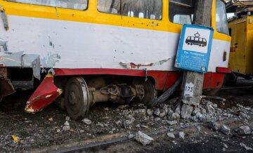 """Разрушительное ЧП на остановке в Одессе, видео: """"Трамвай сошел с рельсов и снес..."""""""