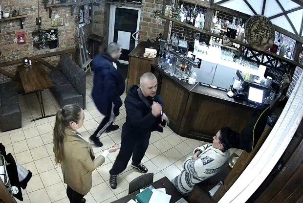 «Отрежу голову нах»: друг Кивы набросился на женщин в ресторане, появилось видео атаки