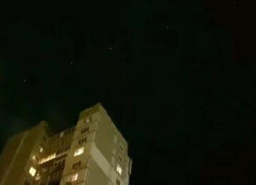 """""""Уже тиждень над Україною літають"""": незвичайне явище в нічному небі потрапило на відео"""