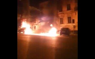 В Одессе горящий мусорный бак уничтожил микроавтобус: видео пожара