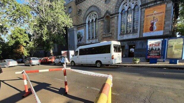 Асфальт дважды ушел под землю в центре Одессы, коммунальщики бездействуют: кадры
