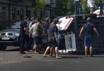 Джип протаранил скорую в Одессе, медиков доставали из салона: появилось видео