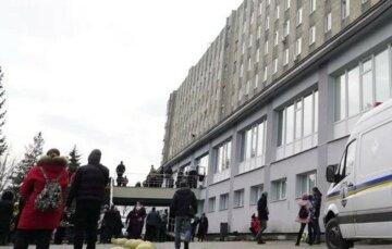 ЧП во Львовской больнице: сотни людей оказались на улице, кадры