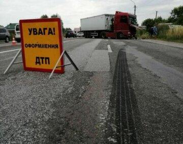 """Автобус з дітьми розбився в ДТП під Києвом: """"Протаранив фуру і..."""", деталі і кадри з місця НП"""