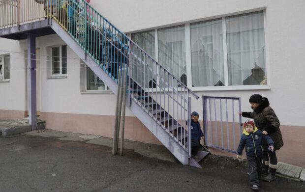 Переполох в Дніпрі, сотні дітей залишають будівлю під виття сирен: кадри і деталі того, що відбувається