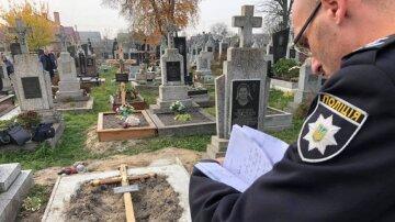 Кинувся з ножем на очах у натовпу: деталі розправи на кладовищі, фото