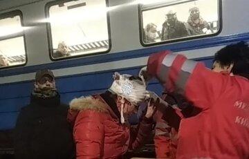 Під Києвом жінка потрапила під потяг: кадри з місця НП