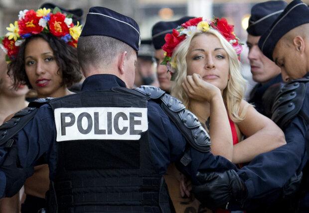 Роздягнені дівчата накинулися на Путіна перед зустріччю з Зеленським: кадри не для слабкодухих