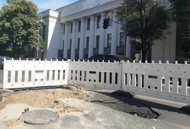 """""""Лівіше треба було"""": асфальт пішов під землю біля будівлі Верховної Ради, перші кадри"""