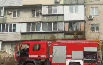 У Києві вогнем охопило багатоповерхівку: на місце терміново з'їхалися рятувальники, швидка і поліція