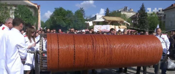 В Тернополе сделали колбасу рекордных размеров (фото)