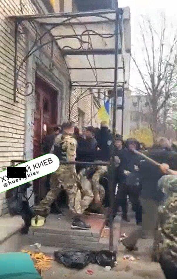 """Титушки в масках захватили дом с людьми, появилось видео: """"Спасайте, палками бьют"""""""