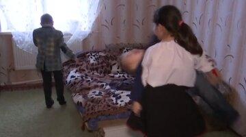 """На Одещині 10-річна дівчинка вийшла на роботу через недолугу матір: """"Пропадала на півроку з дому"""""""
