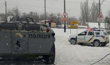 Полиция срочно выводит на въезды в Киев БТРы и другую тяжелую технику: фото и детали происходящего