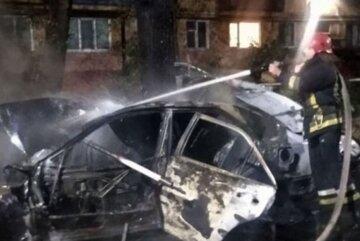 Жизнь девушки трагически оборвалась на украинской трассе, фото: огонь охватил авто