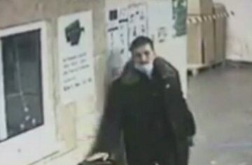 Киевлянин напал на женщину-контролера в метро: беспредел попал на видео
