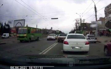 У Харкові сталася потрійна ДТП з мотоциклом: моторошний запис з відеореєстратора