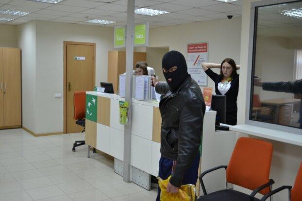 Серед білого дня: у Києві пограбували банк