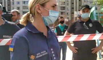 """Спасателей обвинили в мародерстве после взрыва многоэтажки на Позняках: """"Выйди из моей квартиры"""""""