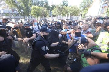 Мітинг під Радою переріс у заворушення: поліція вступила в сутичку з протестувальниками, кадри свавілля
