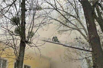 Масштабна пожежа розгорілася в офісному центрі, вогонь швидко поширювався: кадри НП
