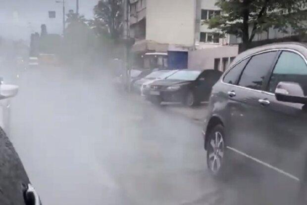 Центр Києва залило окропом після аварії: відео потопу