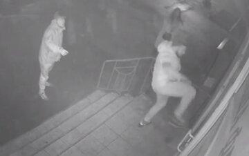 В Одессе вандалы разбили стекло магазина и пожалели: видео беспредела и неожиданная развязка