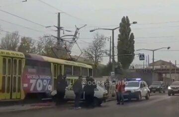 В Одессе пьяный водитель наехал на военную и угодил под трамвай: кадры аварии