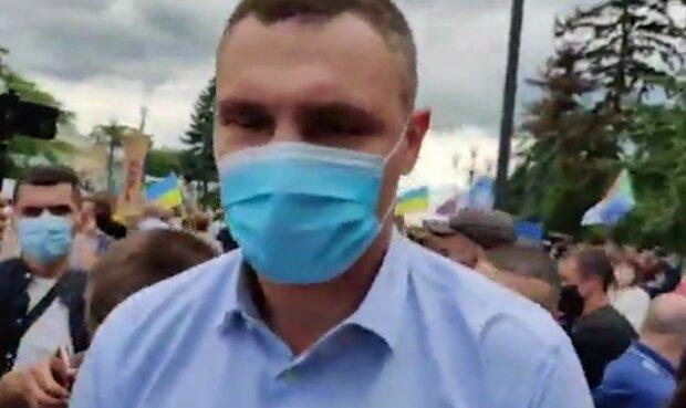"""Трижды """"не услышал"""": Кличко проигнорировал вопросы о плохом состоянии стеклянного моста"""