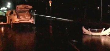 У Харкові авто влетіло в острівець безпеки, є постраждалі: відео перших хвилин ДТП