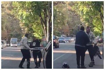 """Мужчины устроили бои на костылях в центре Одессы, кадры: """"Чудесное исцеление"""