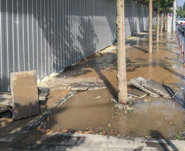 Центр Днепра ушел под воду, фото: водителей предупреждают об опасности