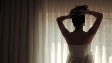 красавица, девушка, женщина стоит спиной