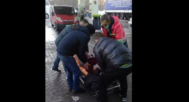 Жизнь львовянина оборвалась посреди улицы, врачей обвиняют в бездействии: кадры трагедии