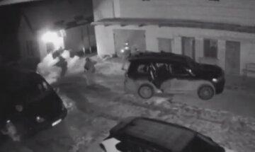 Під Києвом кинули гранату і відкрили вогонь по спецназівцям: відео перестрілки