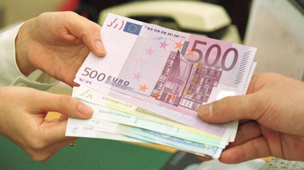 Объем денег заробитчан «тянет» на целую отрасль: названы цифры