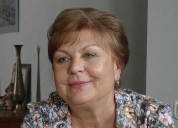 """Розфуфирена Валюха зі """"Сватів"""" у пухнастій хустці здивувала моложавим виглядом: """"Щічки-яблучка!"""""""