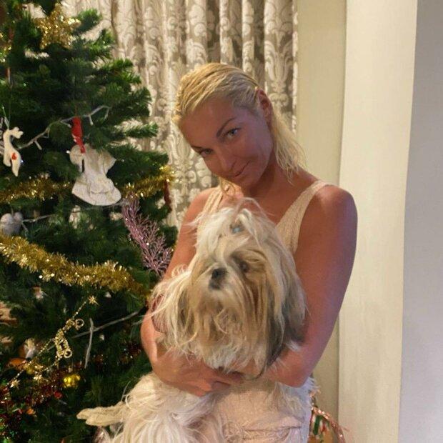"""Уставшая Волочкова с собачкой на руках дерзко высмеяла хейтеров: """"Пока, неудачники!"""""""