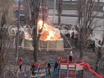 В Одессе вспыхнула палатка с людьми возле детской площадки: кадры ЧП и что известно о пострадавших