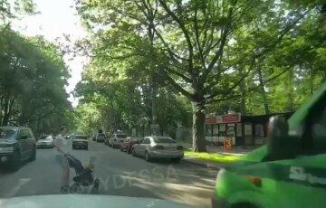 Авто інкасаторів ледь не збило маму з дитиною на переході: відео моторошного моменту