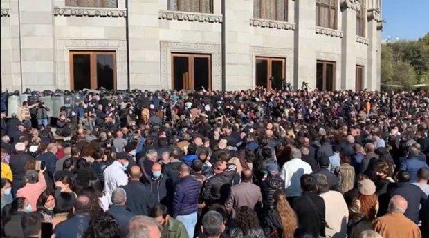 Армяне взбунтовались после капитуляции Пашиняна, тысячи людей штурмуют правительство: кадры с места событий