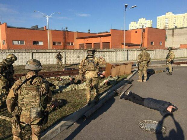 Под Киевом вооруженные люди в камуфляже пытались захватить госпредприятие (фото)