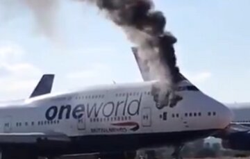 """Пассажирский самолет вспыхнул в аэропорту, все в черном дыму, видео: """"Сочетание топлива и..."""""""