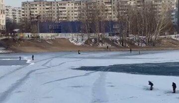 """Киевляне устроили опасные """"развлечения"""" на озере, видео потрясло сеть: """"Какой ум надо иметь, чтобы в +4..."""""""