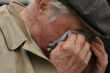 пенсионер плачет